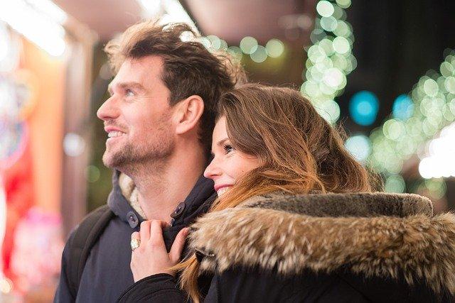 zamilovaný pár o Vánocích