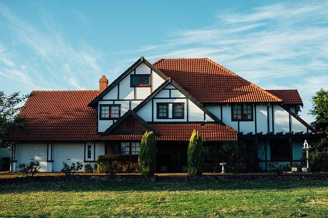 pohled na bungalov se zahradou